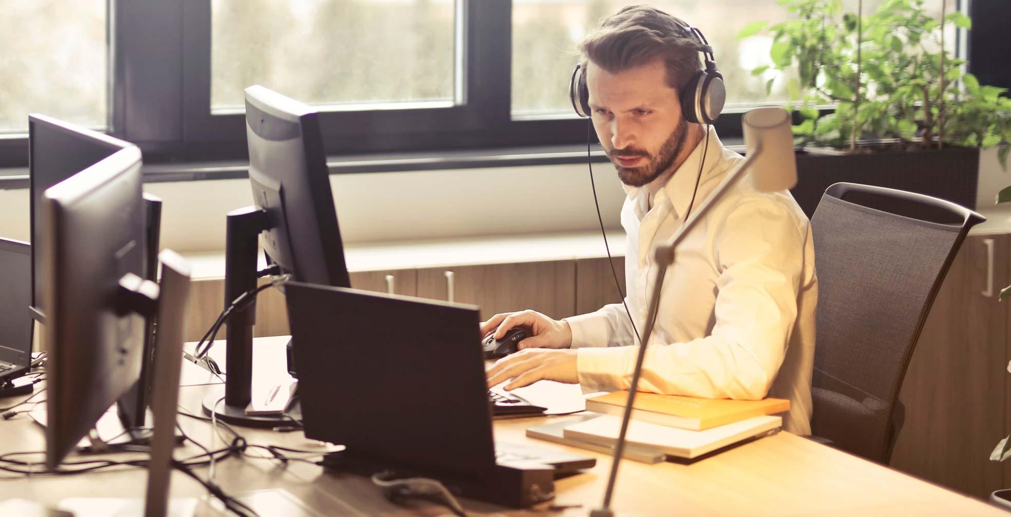cloutson am arbeiten mit Kopfhörern